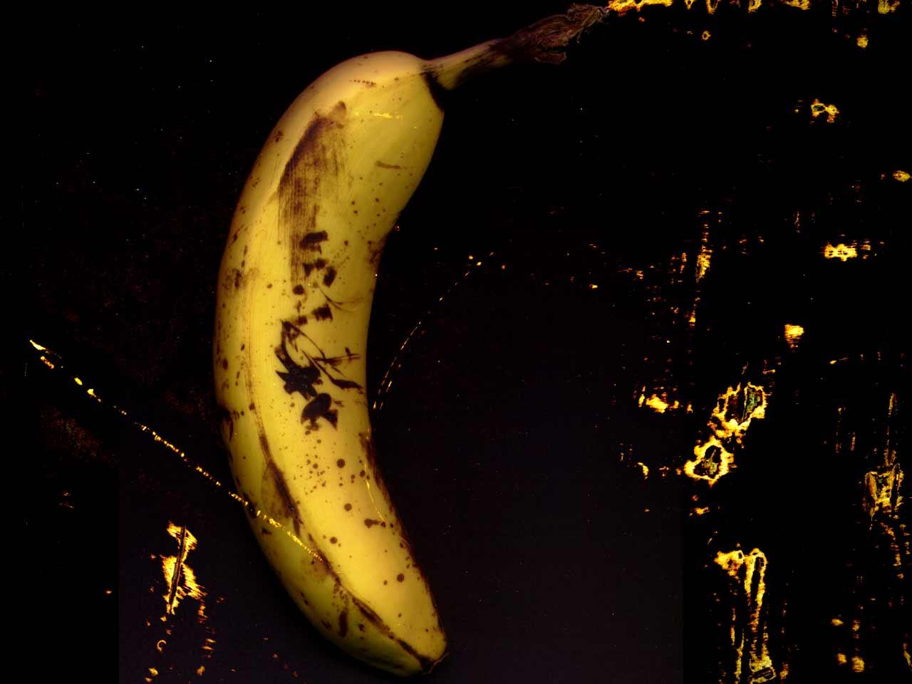 банан спелый на черном фоне, black banana wallpaper, фото