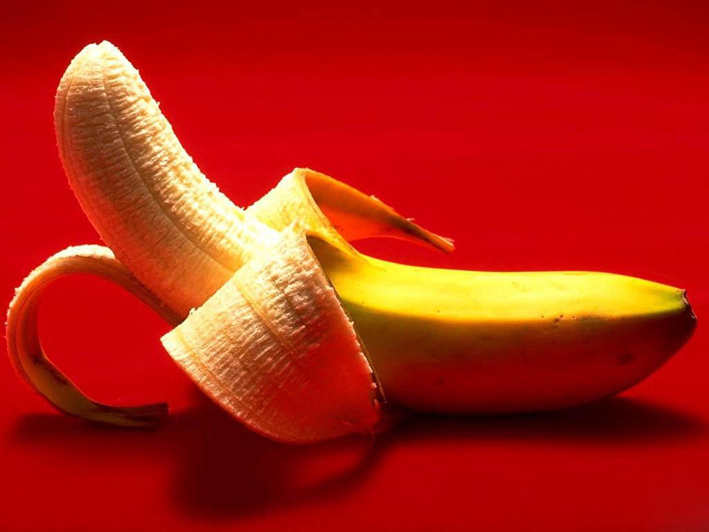 очищенный банан на красном фоне, скачать фото, обои на рабочий стол