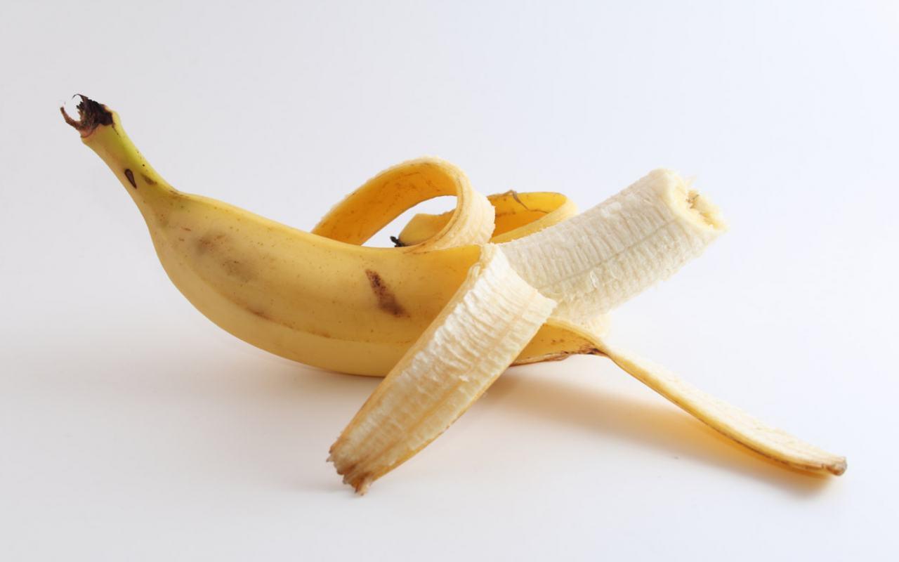 очищенный надкушенный банан, скачать фото, обои для рабочего стола