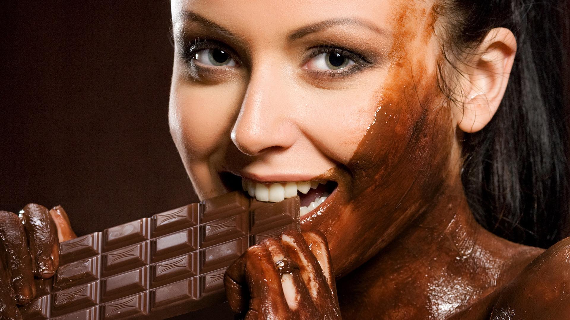 девушка есть шоколад, измазана шоколадом, скачать фото, обои для рабочего стола