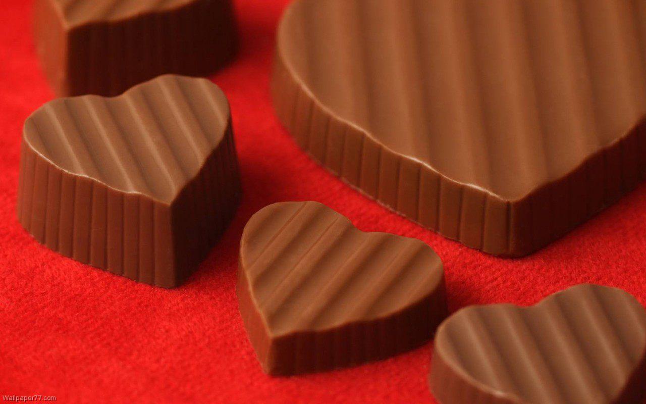 сердечки из шоколада на красном фоне, скачать фото, обои на рабочий стол