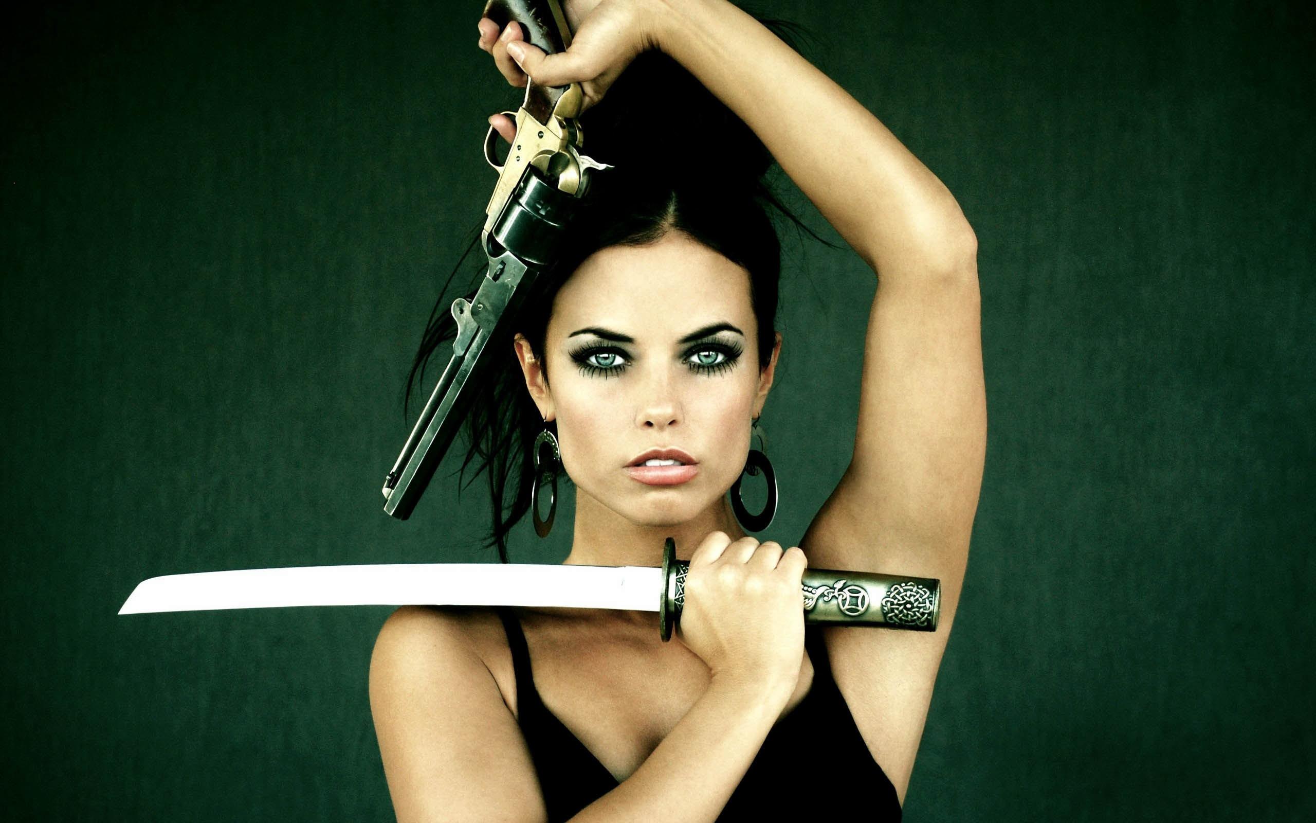 девушка с катаной и с пистолетом, скачать фото, обои для рабочего стола