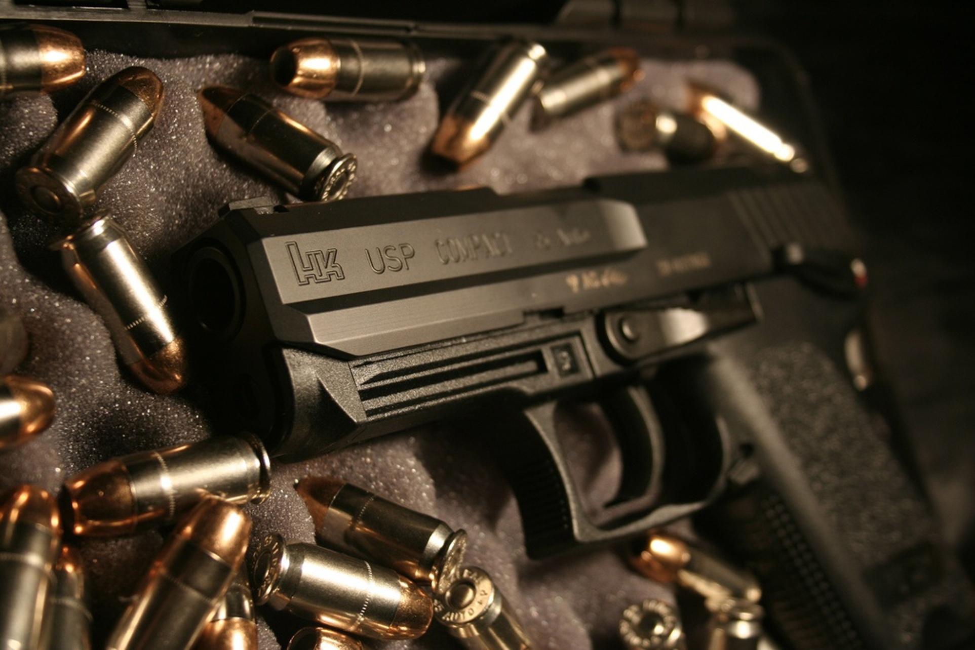 пистолет на фоне из патронов, скачать фото, обои на рабочий стол, gun wallapper