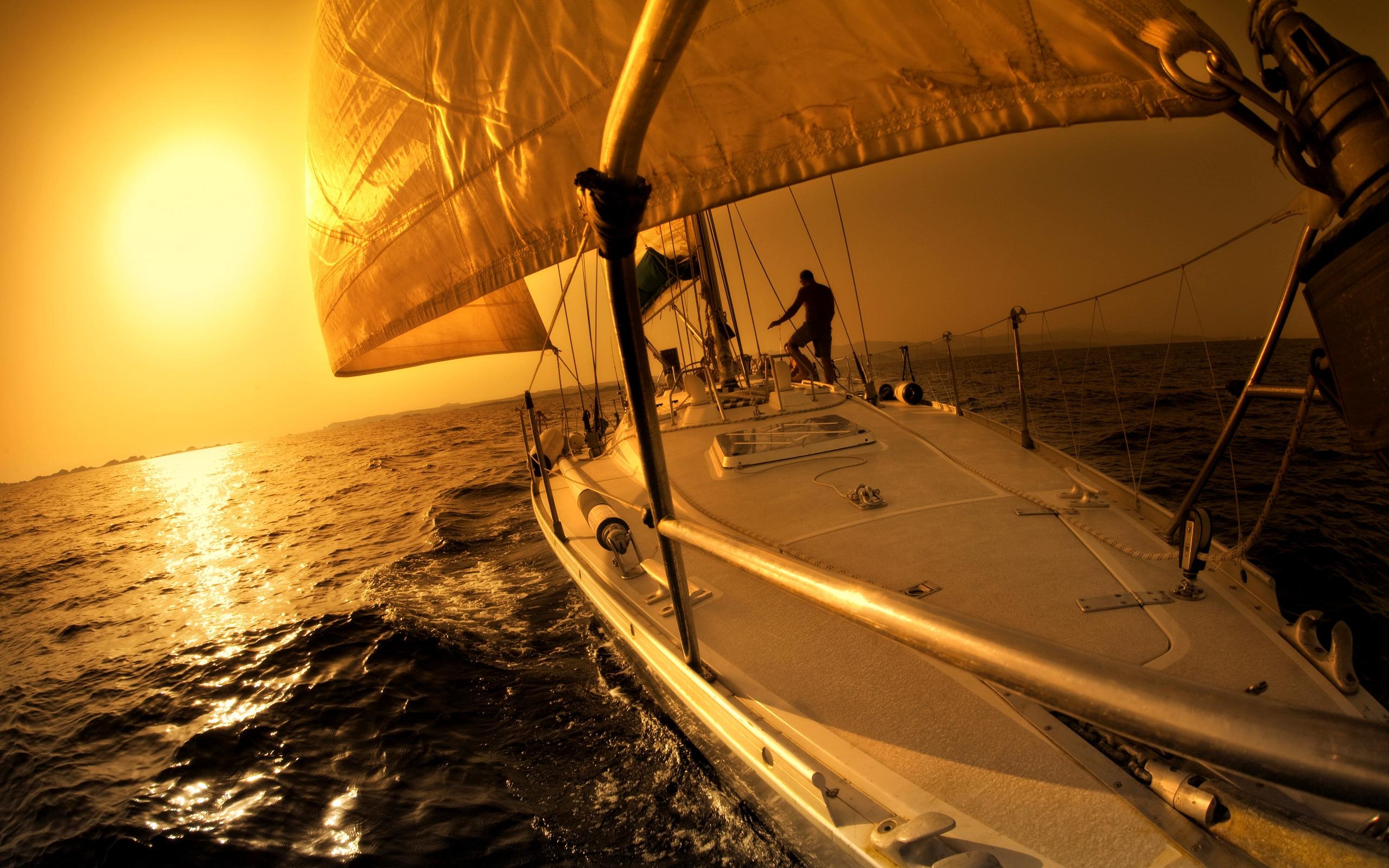 Закат и яхта с парусами, фото обои на рабочий стол, красиво, солнце