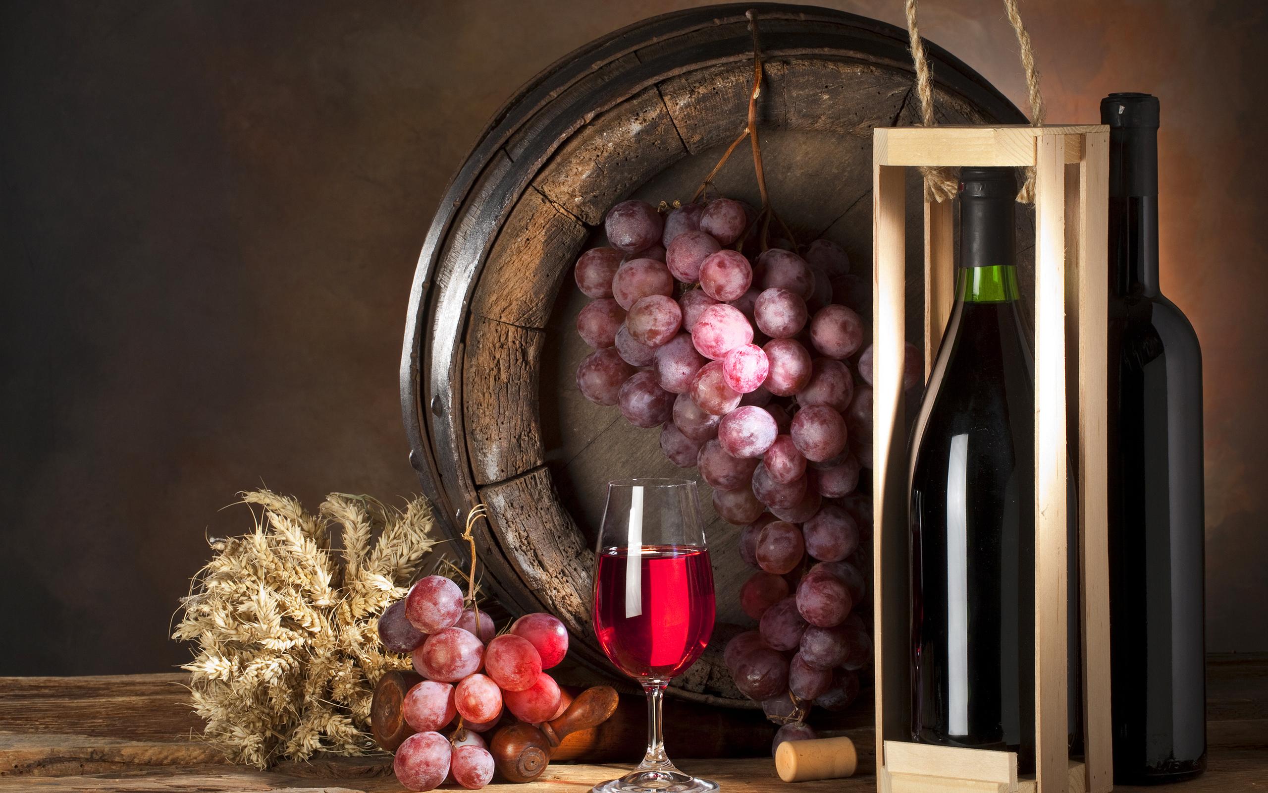 виноград и бутылка вина, бочка