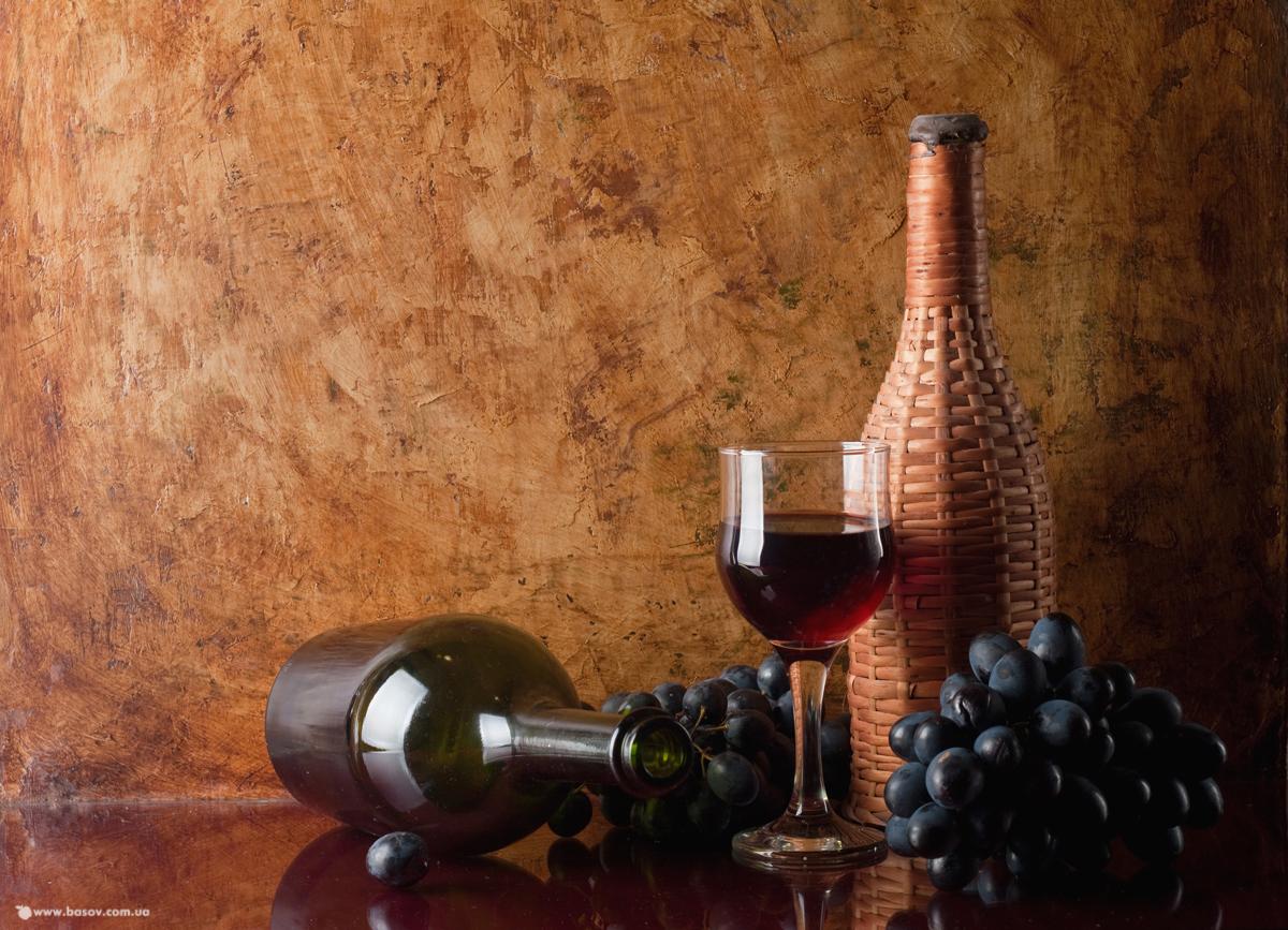 красное вино в бутылках, скачать фото, виноград, натюрморт