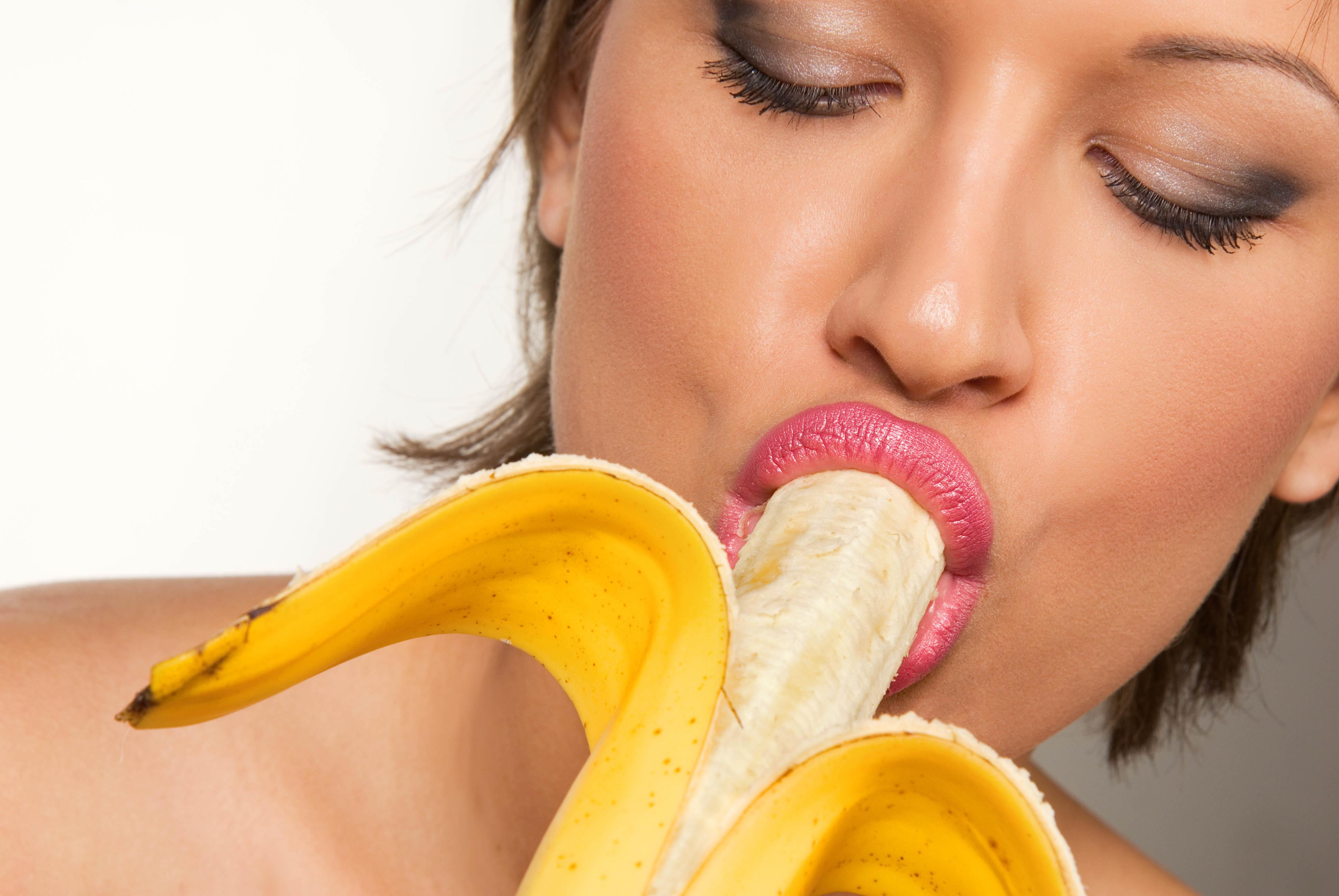 golie-devushka-lizhet-banan-drochat